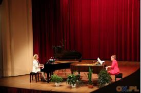 Kobiety grające na fortepianach