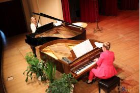 Widok z góry na grające na fortepianach kobiety