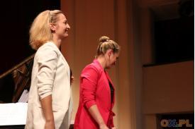 Kobiety składają ukłon na scenie