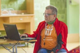 Mężczyzna  w okularach puszczający prezentacje