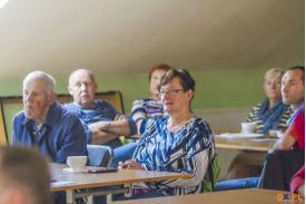 Ludzie oglądający prezentację