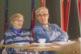 Kobieta i mężczyzna w okularach patrzący przed siebie