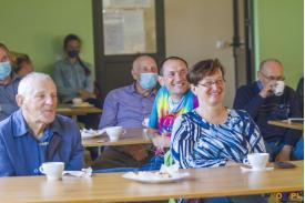 Uśmiechnięta grupa ludzi