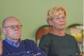 Kobieta w blond włosach i okularach z mężczyzną w niebieskim swetrze