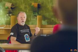 Mężczyzna z brodą w czarnej koszulce z napisem 1 Abstynencki Rajd Dookoła Polski