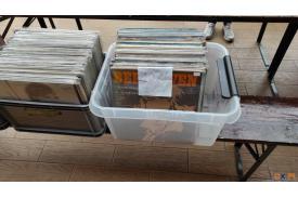 Dwa pudełka ze starymi płytami w cenie 10 złotych