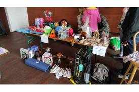 Stanowisko z naturalnymi mydełkami, zabawkami i odzieżą
