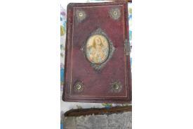 Czerwona zniszczona książka z podobizną Jezusa