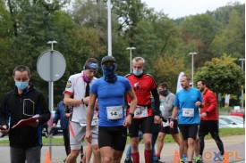 Grupa mężczyzn uczestniczących w biegach