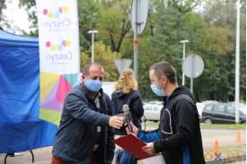 Dwójka mężczyzn przekazująca sobie nawzajem mikrofon