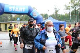 Kobieta biegnąca w masce i okularach