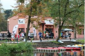 Biegacze biegnący przy Campingu pod Czarnym Bocianem