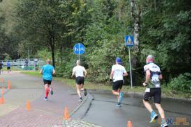 Czworga biegnących mężczyzn