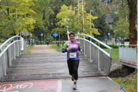 Zbiegająca kobieta z  mostu