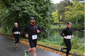 Trzech biegnących mężczyzn