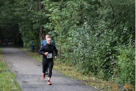 Dwoje mężczyzn biegnących przez leśną ścieżke