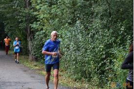Mężczyzna biegnący w niebieskiej koszulce