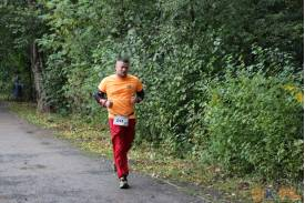 Biegacz w czerwonych spodniach i pomarańczowej koszulce