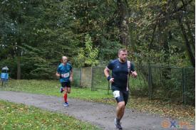 Dwoje biegaczy na ścieżce