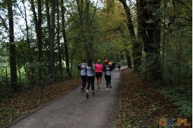 Tył biegnących kobiet