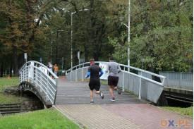Wbieganie na most przez dwóch mężczyzn