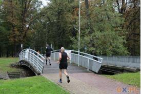 Wbieganie na most przez mężczyzne