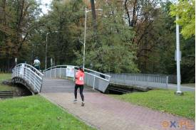 Wbieganie na most przez kobiete