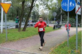 Biegnący mężczyzna w czerwonej kurtce