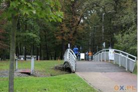 Most a na nim biegacze