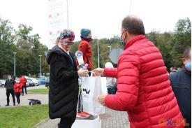 Organizator wręczający nagrodę kobiecie