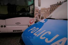 Wóz policyjny w tle autobus gdzie jest pobierana krew dla potrzebujących