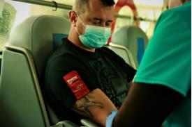 Lekarz pobierający krew policjantowi