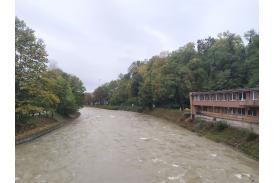 Przybierająca rzeka w Cieszynie, po prawej stronie widoczny jest  opuszczony budynek