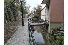 Cieszyński potoczek i domy po prawej stronie