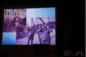 Kolaż dwóch zdjęć , jedno zdjęcie przedstawia żołnierza w hełmie drugie zdjęcie przedstawia trzech żołnierzy dwóch z nich obserwuje przez lornetke