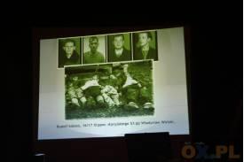 Zdjęcie czwórki leżących mężczyzn