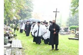 Marsz żałobny z krzyżem przez cmentarz