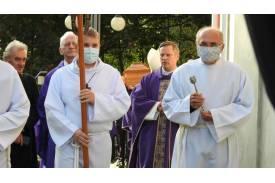 Dwoje ministrantów w tle dwoje księży oraz mężczyzna ubrany na czarno