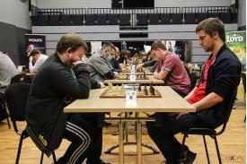 dwóch mężczyzn rozgrywających grę w szachy w tle mężczyzni rozgrywający grę w szachy