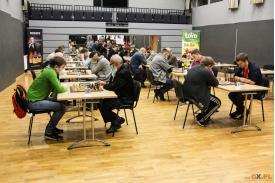 Grupa mężczyzn grająca  w szachy