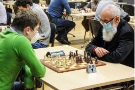 Mężczyzni grający w szachy