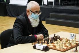 Mężczyzna w maseczce i okularach patrzący na przeciwnika