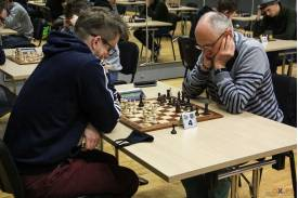 Dwoje mężczyzn skupiających się na grze
