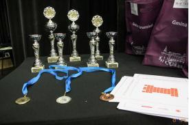 puchary oraz medale stojące na blacie