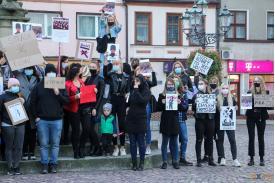 Zgromadzenie kobiet na rynku podczas strajku