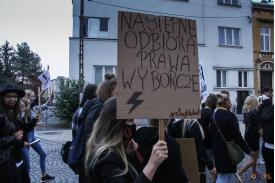 """Baner z napisem ''Następne odbiorą prawa wyborcze"""""""
