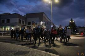 Marsz mężczyzn i kobiet podczas strajku