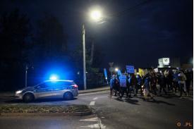 Marsz podczas strajku za policją która pilnuje porządku
