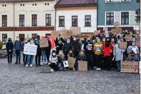 Grupa kobiet i mężczyzn na rynku protestujących