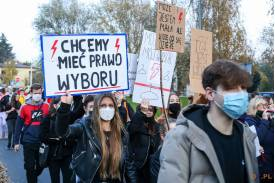 """Kobieta trzymająca baner z napisem """"CHCEMY MIEĆ PRAWO WYBORU"""""""